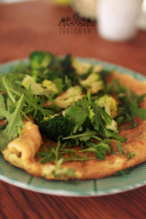 omlet z bialek z rukola i brokulami 2