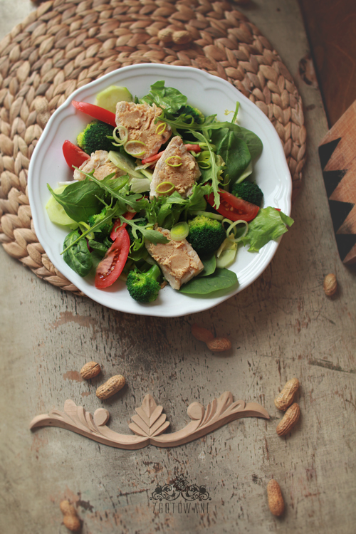 salatka z kurczakiem i maslem orzechowym 1