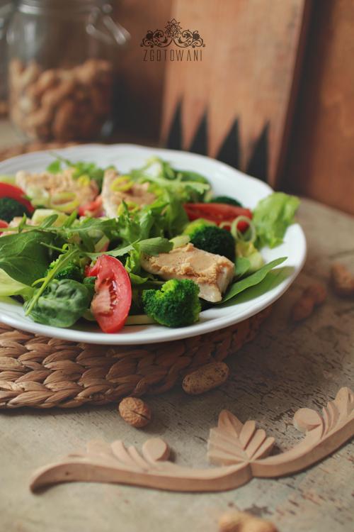 salatka z kurczakiem i maslem orzechowym 3