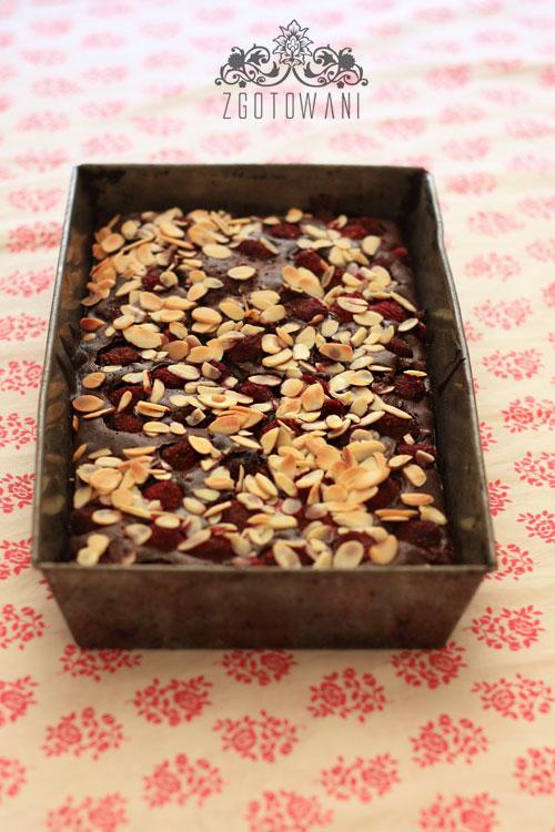 brownies-z-malinami-podawane-z-sosem-malionowym-4