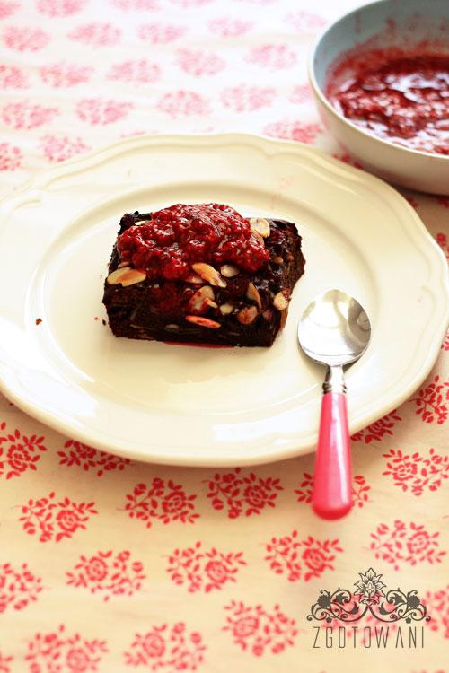 brownies-z-malinami-podawane-z-sosem-malionowym-7