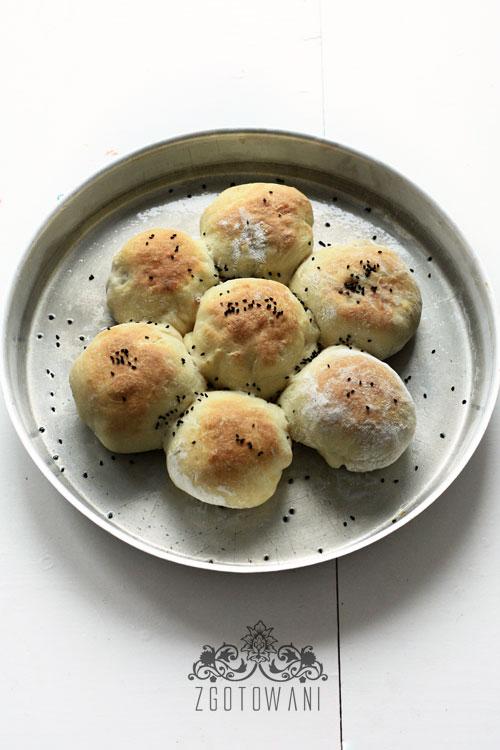 drozdzowe-buleczki-z-pieczarkami-kielbasa-i-pomidorami-2