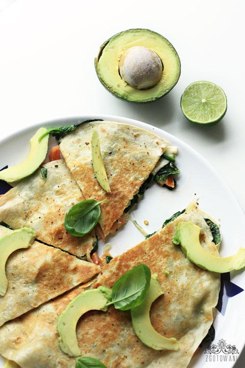 quesadillas-z-caprese-z-dodatkiem-szpinaku-i-awokado-1