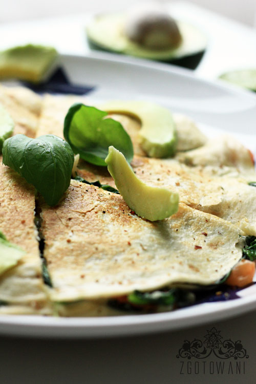 quesadillas-z-caprese-z-dodatkiem-szpinaku-i-awokado-10