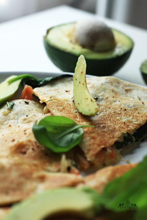 quesadillas-z-caprese-z-dodatkiem-szpinaku-i-awokado-3