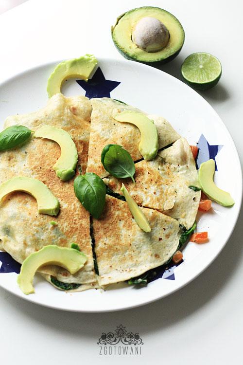 quesadillas-z-caprese-z-dodatkiem-szpinaku-i-awokado-6