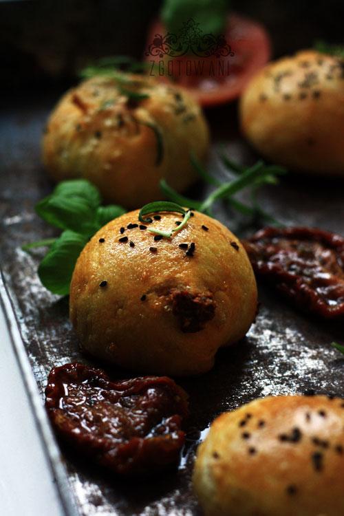 buleczki-drozdzowe-faszerowane-kozim-serem-,-oliwkami-i-suszonymi-pomidorami-3