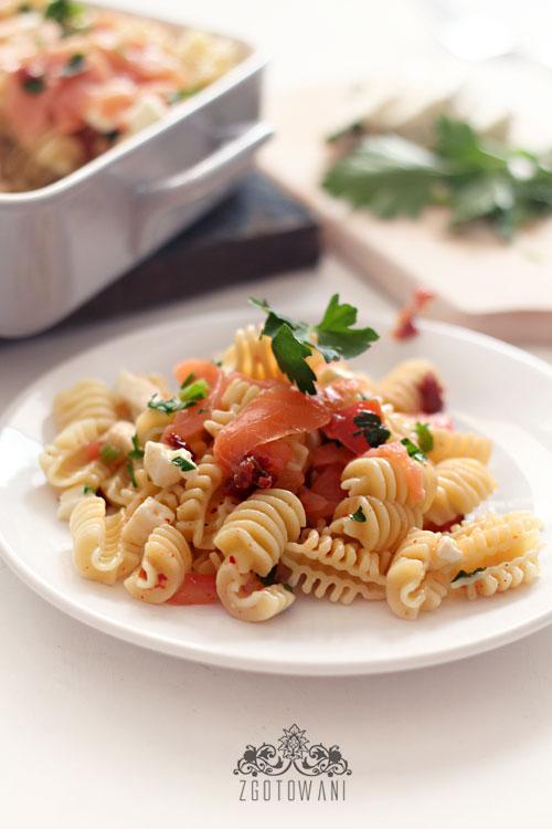 makaron-z-wedzonym-lososiem-i-suszonymi-pomidorami-3