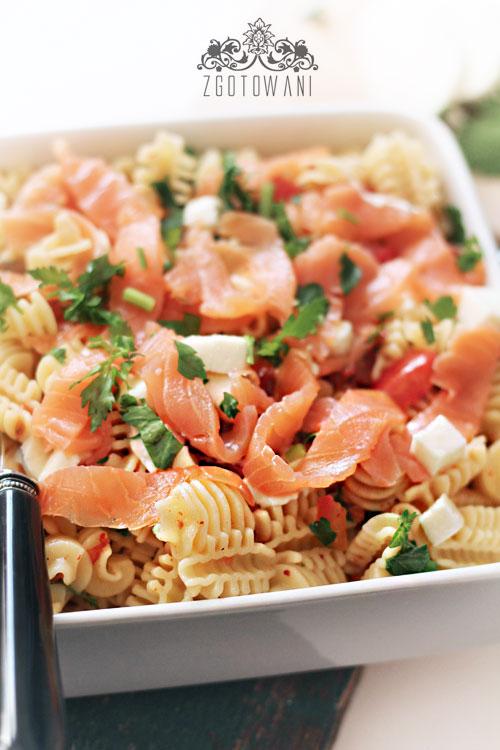 makaron-z-wedzonym-lososiem-i-suszonymi-pomidorami-5