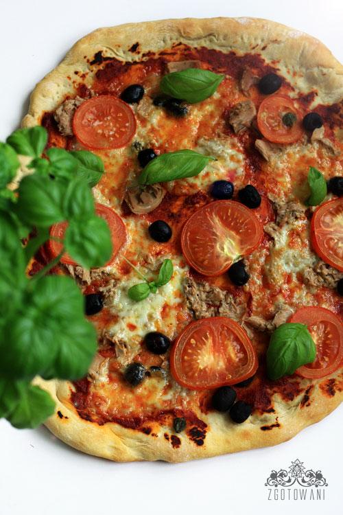 pizza-z-tunczykiem-oliwkami-i-kaparami-4