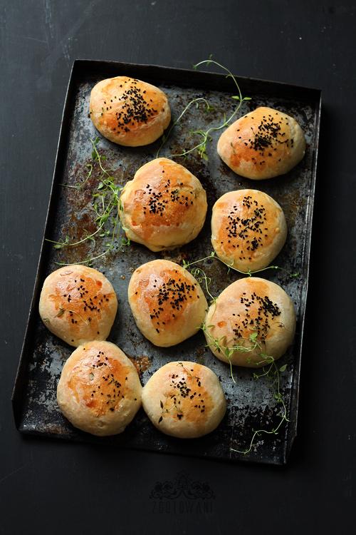 drozdowe-buleczki-z-pieczarkami-mozzarella-i-pomidorem-1