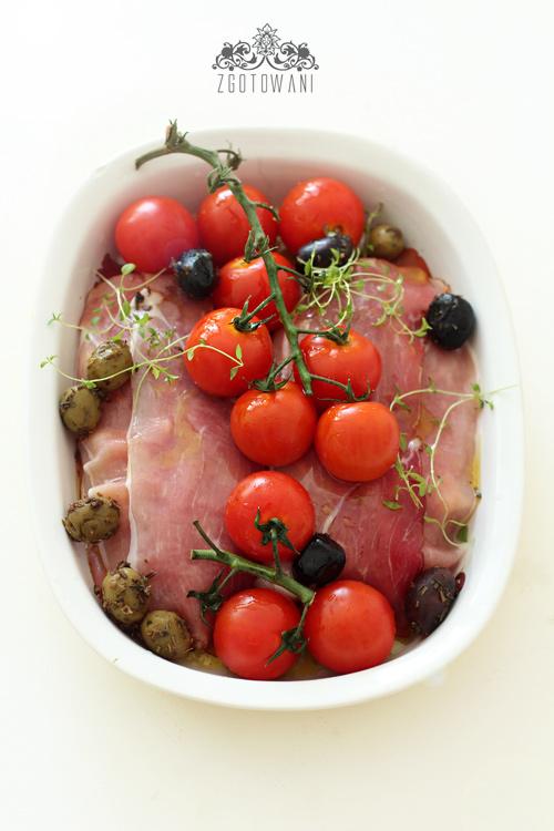 piersi-kurczaka-w-szynce-szwarcwaldzkiej-z-pomidormi-i-oliwkami-1