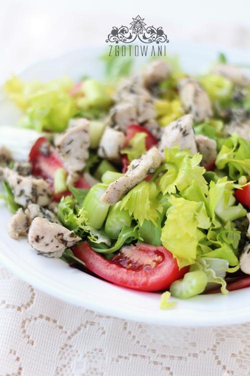 salatka-z-ziolowym-kurczakiem-i-selerem-naciowym-2