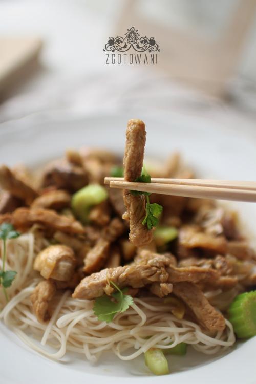 makaron-chow-mein-z-wieprzowina-i--zielona-pasta-curry-3