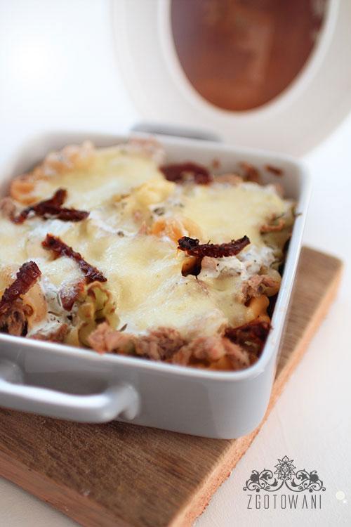zapiekanka-z-makaronem,-tunczykiem-i-suszonymi-pomidorami-1