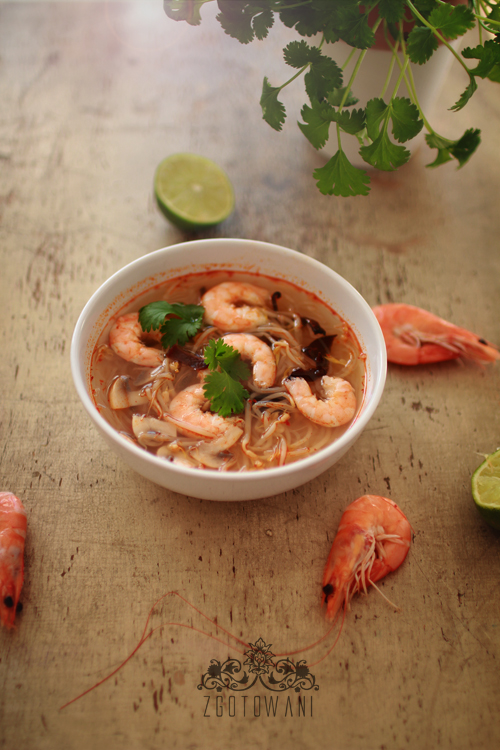 zupka-tom-yum-z-makaronem-sojowym,-krewetkami-i-kielkami-fasoli-mung6