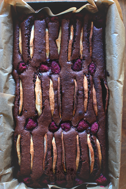 brownies-z-jablkami-i-malinami-4