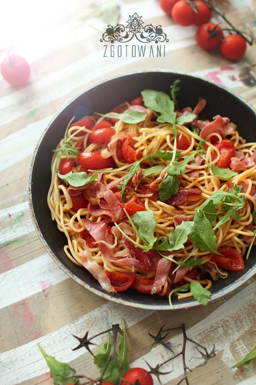 spaghetti-z-szynka-szwarcwaldzka-pomidorami-i-rukola-3