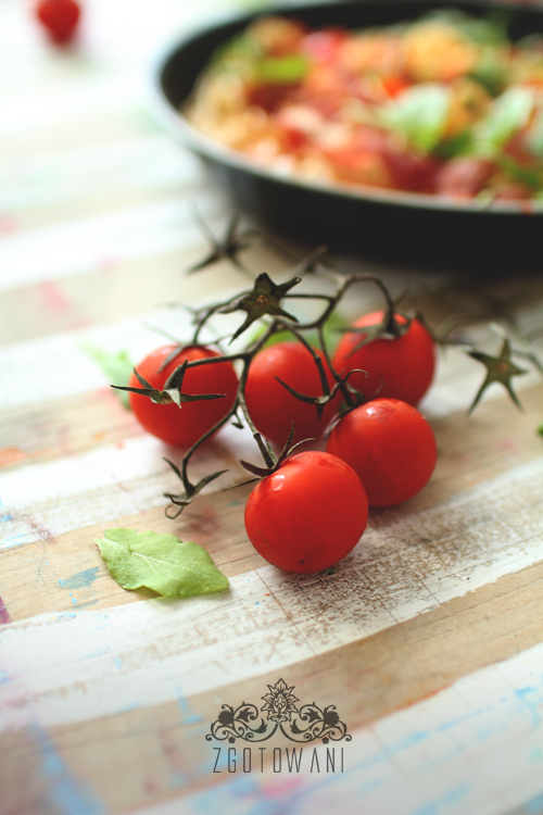spaghetti-z-szynka-szwarcwaldzka-pomidorami-i-rukola-5
